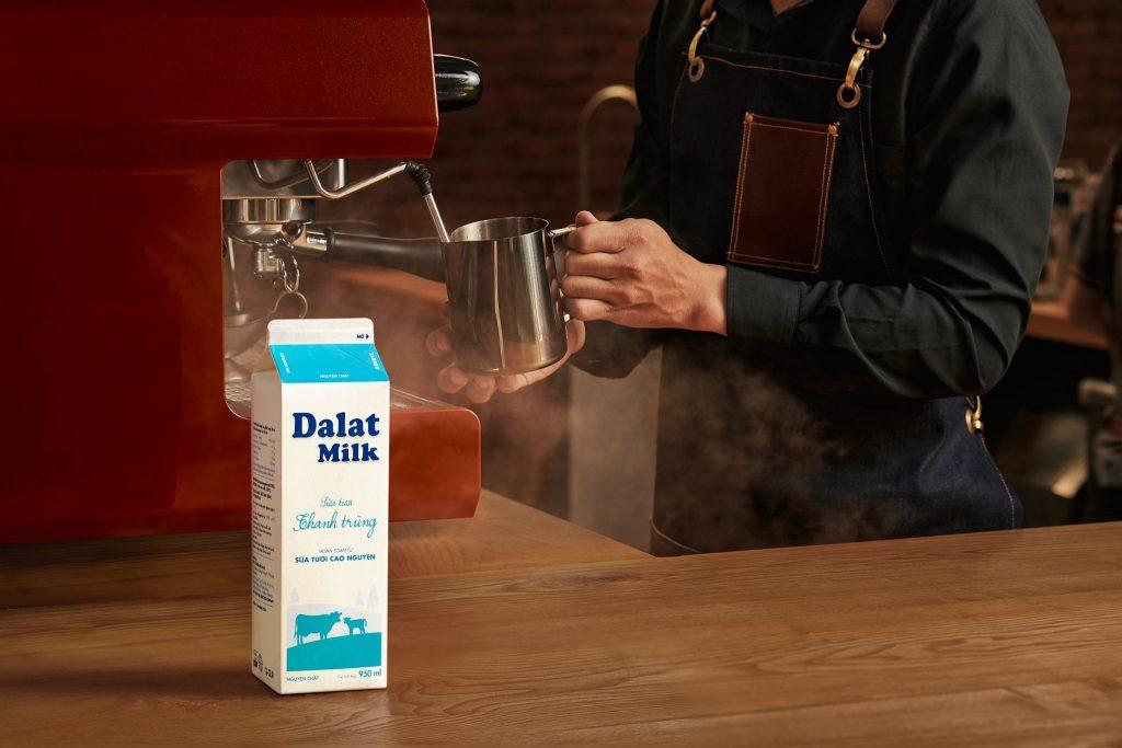 sua-thanh-trung-dalat-milk-duoc-su-dung-trong-pha-che-do-uong