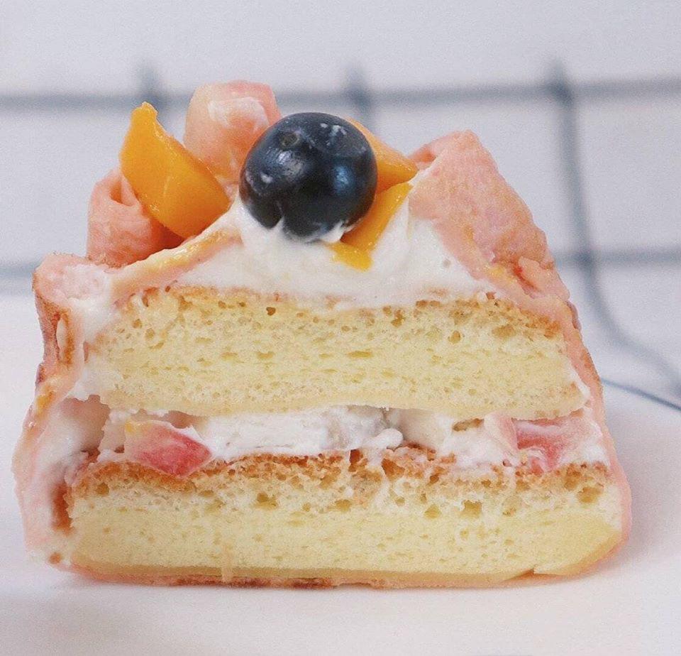 Cốt bánh mềm, kem béo ngậy bọc trong vỏ bánh crepe bánh đào đại phúc Bánh đào đại phúc biến tấu siêu dễ thương từ bánh crepe trái cây banh dao dai phuc bien tau sieu thuong banh crepe trai cay 1