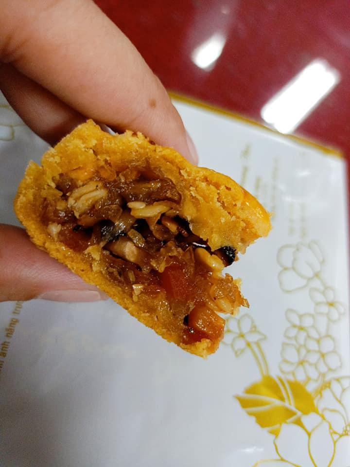 sử dụng dầu ăn để quết mặt bánh
