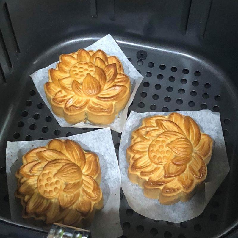 nướng bánh bằng nồi chiên không dầu làm bánh trung thu bằng nồi chiên Làm bánh trung thu bằng nồi chiên không dầu banh trung thu bang noi chien khong dau1