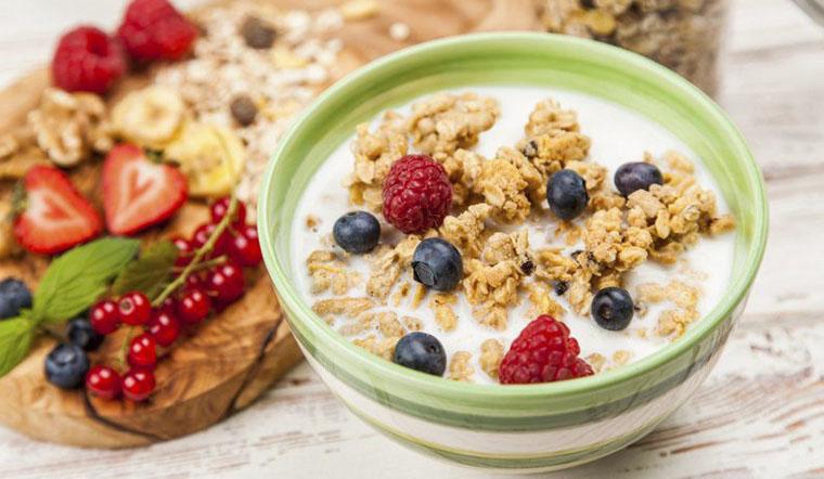 Ngũ cốc + hoa quả tươi + sữa chua không đường bữa ăn healthy giảm cân Bật mí thực đơn bữa ăn healthy giảm cân cực hiệu quả bua an healthy giam can7