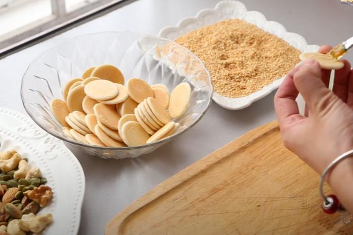 Bánh đồng tiền mix hạt siêu HOT TẾT 2021 bánh đồng tiền mix hạt Cách làm bánh đồng tiền mix hạt siêu HOT TẾT 2021 banh dong tien mix hat 3