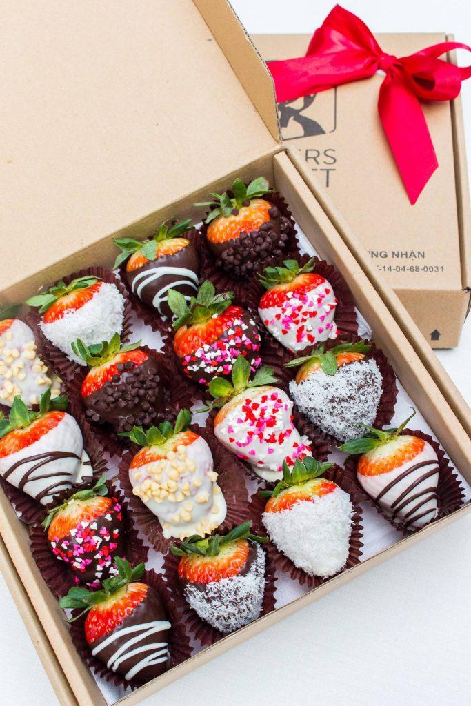 dâu tây nhúng socola mứt trái cây nhúng socola Mứt trái cây nhúng socola – xu hướng mới trong mùa Tết 2021 dau tay nhung 683x1024