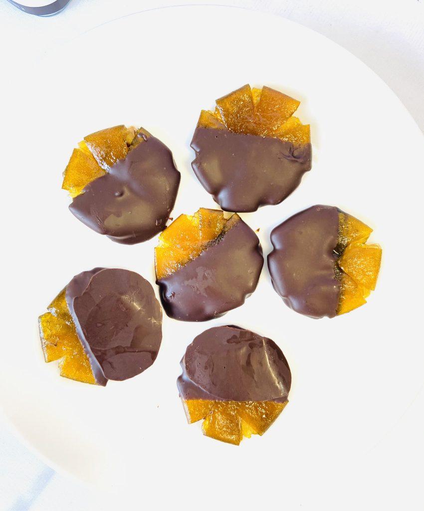 mứt trái cây nhúng socola Mứt trái cây nhúng socola – xu hướng mới trong mùa Tết 2021 tac 850x1024
